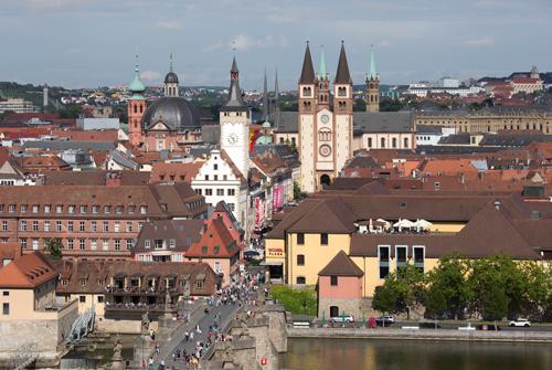 Blick-auf-Alte-Mainbruecke,-Rathaus-und-Dom_web